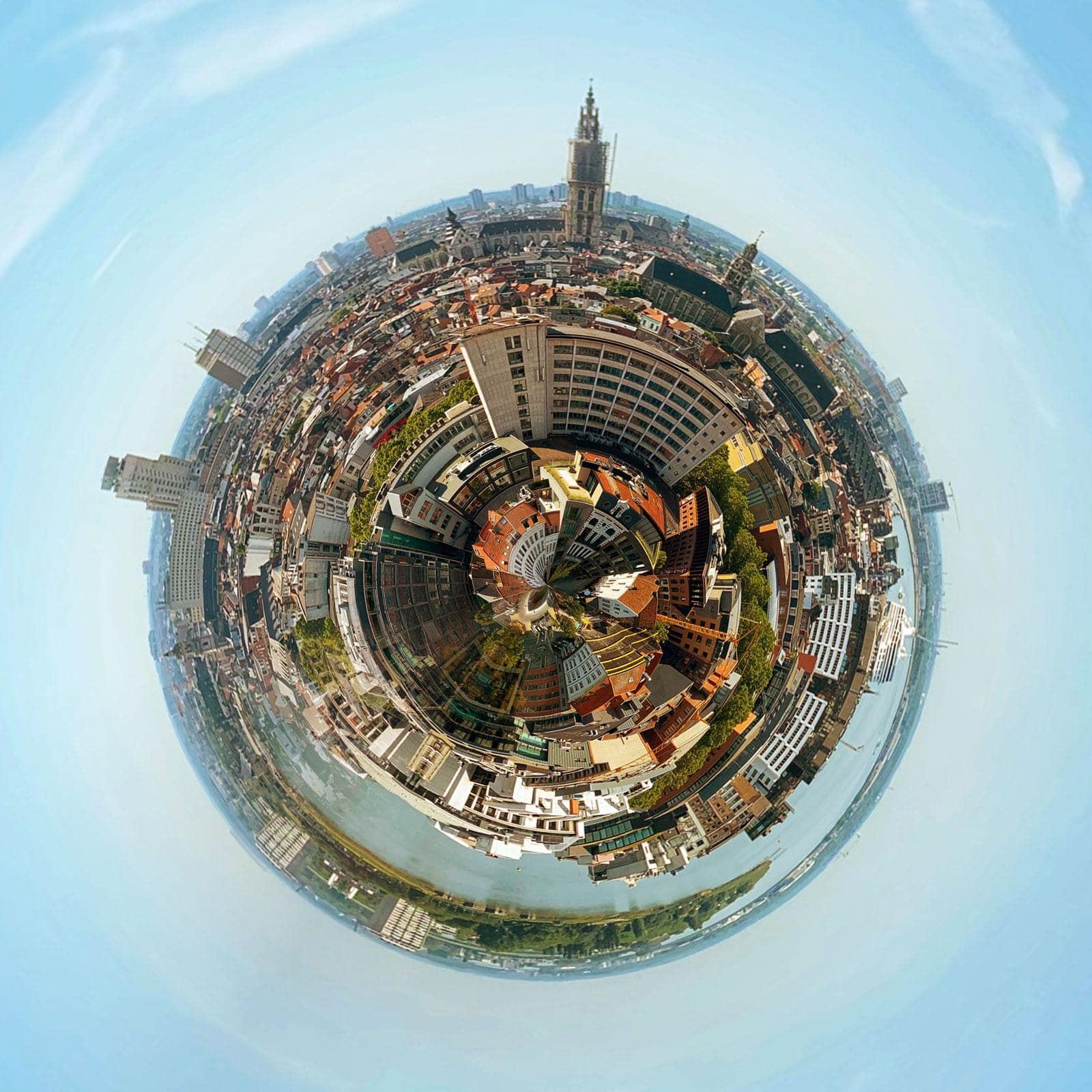 Antwerps uitzicht vervormd tot een wereldbolletje