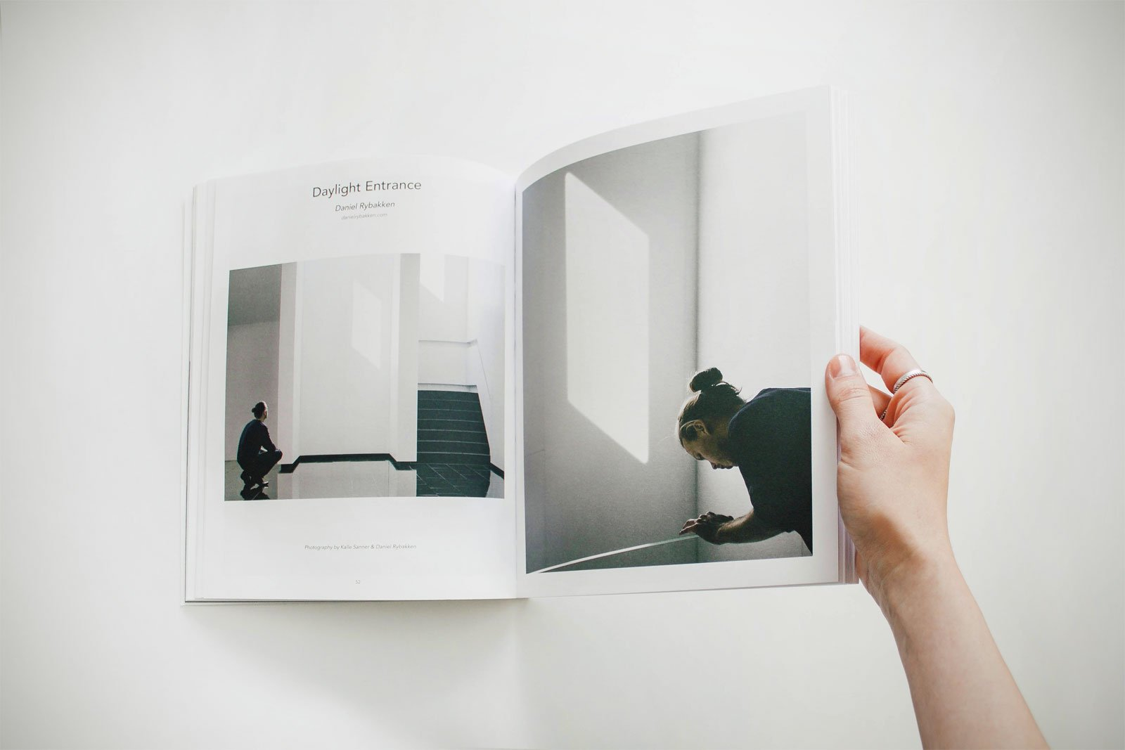 Bladeren door boek over fotografie
