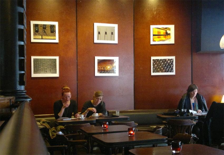 Geld verdien met fotografie met een foto-expo in een café