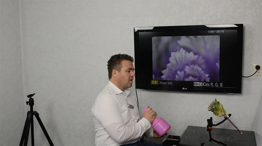 Beeld van de fotocursus: Peter van Veen nevelt wat waterdruppeltjes met een hippe plantenspuit