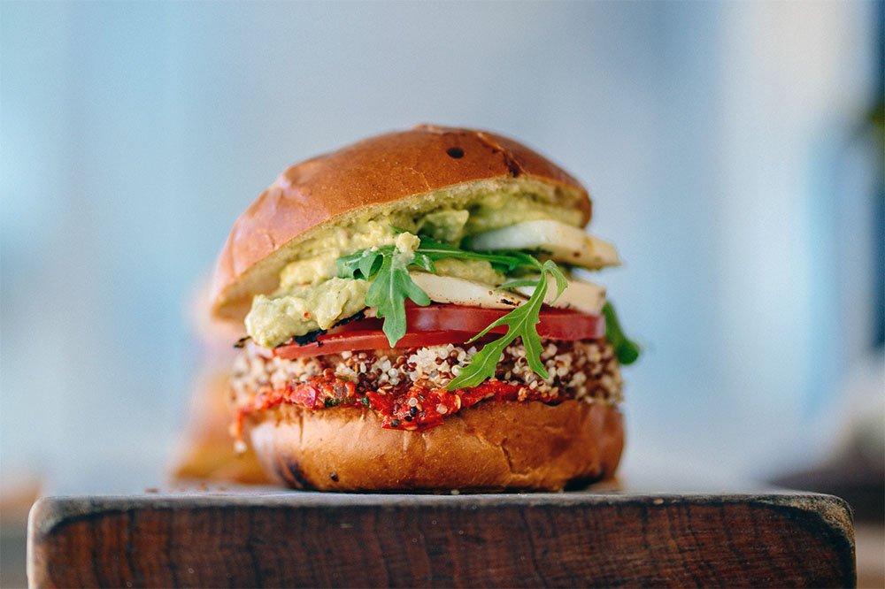 Hamburger gefotografeerd in kikkerperspectief