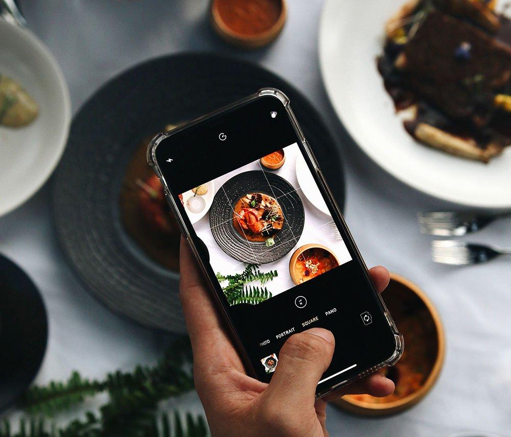 Draadkruisen op je telefoon om eten recht van boven te fotograferen
